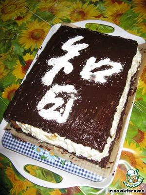 Аккуратно прикладываем трафарет к торту (чтобы не повредить глазурь). И посыпаем сахарной пудрой (с помощью сита). И торт готов.
