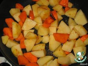 Картошку, лук и морковь тоже порезать кубиками, обжарить на той же сковороде что и мясо, так же переложить в отдельную миску.