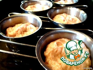 Tins greased with butter, put the souffle. Shape with a souffle put in the pan. Fill the pan with hot water until half of the molds. Put in a preheated 180 degree oven.