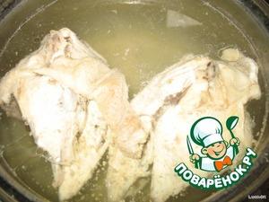 Варим куриный бульончик.   Мясо отделяем от костей. Мякоть обратно в бульон. Косточки - четвероногому другу!