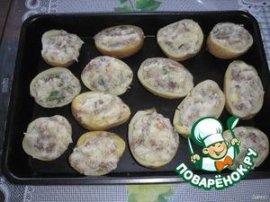 В подготовленный картофель выложить пюре с грибами.
