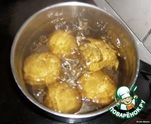 Итак, всё начинается с варки. Большинство людей отваривают очищенный от кожуры картофель, но это абсолютно неправильно! Большинство витаминов и полезных веществ содержится именно в кожуре и, когда мы варим картофель в мундире (не очищенный), он сохраняет практически всю свою пользу и, что не менее важно, такой картофель получается НАМНОГО вкусней.