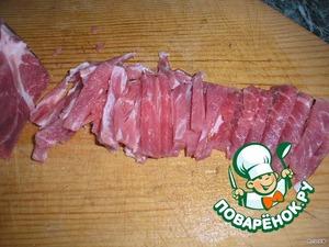 Свинину нарезать брусочками и обжарить на растительном масле на большом огне 10 мин., затем на среднем мин. 5, посолить и поперчить.