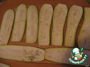Zucchini cut into thin long slices using chistiki for potatoes, a special grater or a very sharp knife with a long blade. Salt, sprinkle with spices (n-R grilled vegetables)