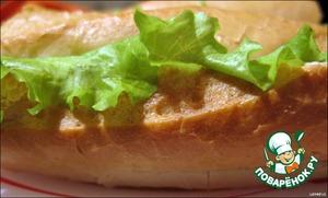 Французский батон (багет) разрезаем на предполагаемые порции.   Каждый сандвич разрезаем вдоль на 1/3 от верхней части, то есть так, чтобы у сандвича появилась крышечка, крышечки откладываем в сторону и работаем с нижней частью сандвича. Приминаем руками мякиш внутри.