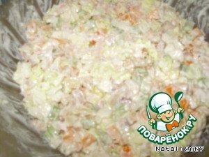 Все нарезанные ингредиенты соединить в миске, посолить, добавить тимьян, майоран, сушёную петрушку, йогурт и перемешать.