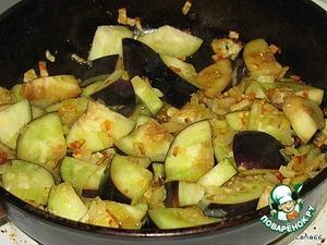Кружочки баклажана обсушите, разрежьте на четвертинки, добавьте к луку и слегка обжарьте. Так же порезать и добавить цукини.
