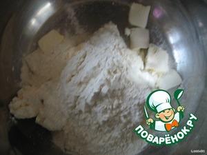 добавить нарезанное тонкими пластинками масло, всыпать муку, сахар и ванилин, а также соду гашеную уксусом