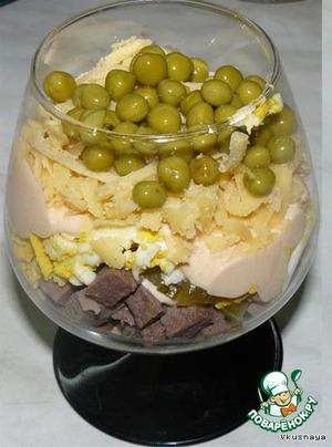 Добавить тертый сыр и посыпать консервированным горошком.