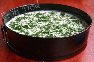 Сливки взбить в густую пену. Оставшийся желатин добавить к сливкам. Выжать сок половины лимона. Добавить хрен и смесь ветчины, грибов и лука. Тщательно перемешать, выложить в форму на сырную начинку, поставить в холодильник на 2 часа.