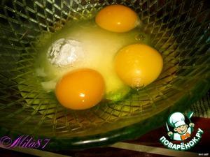 Пока плавиться шоколад с маслом, в миске вилкой взбалтываем яйца с сахаром,займет 1 минуту.