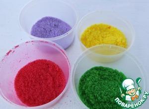 Разноцветный сахар приготовить легко, насыпаем сахар в пластиковый контейнер добавляем каплю красителя накрываем крышкой и хорошо встряхиваем минутку.
