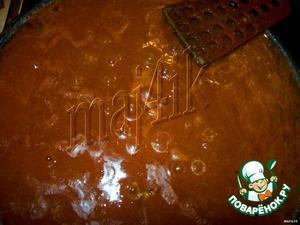 В большой и глубокой сковородке (у меня 28 см.) обжарить на растительном масле фарш.      В кастрюльку или большую миску вливаем воду, вспыпаем специи и хорошенько размешиваем, чтобы не было комочков.   Выливаем на сковородку к фаршу.   Хорошо перемешать (я ещё добавляю хмели-сунели).      На максимальном огне довести до кипения и потом на среднем огне при закрытой крышке ждём пока соус не загустеет.