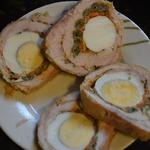 Рулет из карбоната с яйцом и фасолью