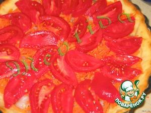 Морковь натереть на крупной терке, положить слоем на рыбу.   Помидоры обдать кипятком, снять шкурку и нарезать томаты дольками, положить слоем на морковь.