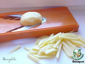 Potatoes cut into pernarowski grated into strips, boil in boiling water for 3 minutes, recline in a colander, rinse with cold water, dry on a paper towel.