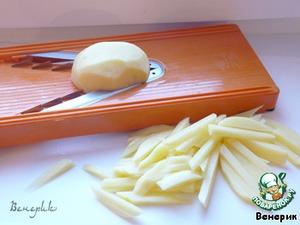Картофель нарезаем на берноровской тёрке соломкой, отвариваем в кипящей воде 3 минуты, откидываем на дуршлаг, промываем холодной водой, высушиваем на бумажном полотенце.