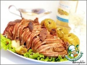 Вынуть мясо из духовки, положить на блюдо, и обложить яблоками. В форме смешать оставшийся сок, горчицу, уксус и мёд. Проварить 5 минут. Перелить в соусник, и подавать с мясом.