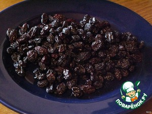 Raisins bust, rinse. Raisins better to buy one that is sold by weight and not in bags (they often add flowing additives, and so on. chemistry, moreover, it is expensive). Buy black raisins from Tajikistan.