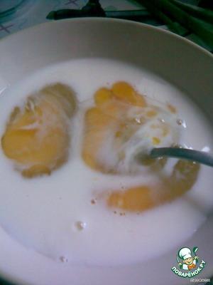 Смешиваем яйца и молоко