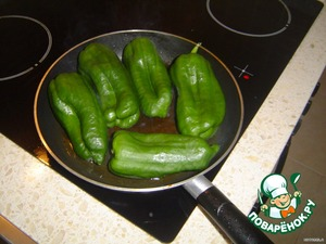 Put on the fire pan, pour sunflower oil or any, according to your taste and possibilities, then stacked, pre-washed peppers in whole.