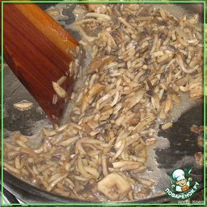 Разогреваем сковородку (сильно), кидаем грибы, солим, перчим. Делать все надо ОЧЕНЬ быстро, быстро мешать буквально минуты 3