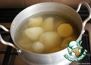Картофель очистить, отварить до готовности в подсоленной воде, остудить.    Сыр натереть на мелкой терке.