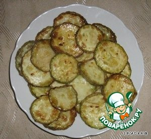 Zucchini fry on both sides in vegetable oil.