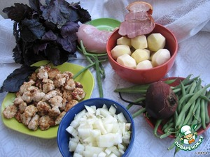 It is assumed that the Pytt i Panna is a rich dish in a hurry. The basis of it is potatoes, onions and meat. Usually take any meat that is available in the fridge (even better if several kinds of meat). Here are the products we need.