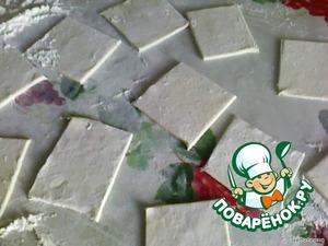 Раскатанное тесто разрезать на квадратики.