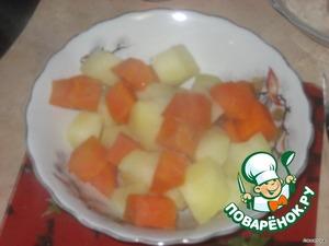 Морковь и картофель почистить.   Морковь поставить варится, через 20 минут добавить к моркови картофель и варить до готовности