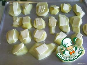 Сверху на картофель положить не много сливочного масла, поставить в разогретую духовку на 25-30 минут.