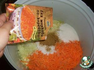 Далее добавляем соль, сахар, масло растительное, уксус и приправу для моркови по-корейски.