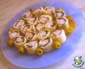 Cool the rolls in the fridge for at least an hour, then cut into segments.  The finished snack out onto a plate.  Bon appetit!