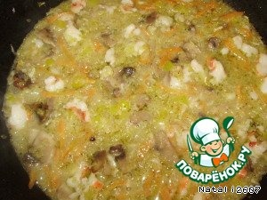 Соединить обжаренные овощи, шампиньоны и креветки вместе, всыпать крупу булгур (если не нашли, попробуйте с другой крупой, например с рисом или пшеном) влить воды или овощного бульона, буквально, чтоб все покрывало. Посолить. Закрыть крышкой и тушить, иногда помешивая, если нужно подливать по чуть-чуть воды.