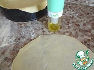 Остальные шары раскатать по размеру нашей формы. Положить на дно, смазать оливковым маслом. Так шесть раз.