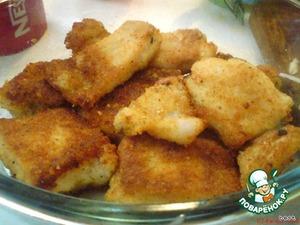 Рыбу нарезать небольшими кусочками.   В панировочные сухари добавить специи.   Обвалять рыбу в панировочных сухарях и обжарить на сковороде до готовности.
