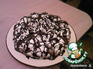 Собираем торт:   на одну часть коржа выкладываем часть крема, 2-м слоем  выкладываем безе, выпеченное в форме (безе очень хрупкое, если вдруг сломается,   не страшно, можно положить его кусочками).   Вторую часть коржа мажем кремом с внутренней стороны и кладем сверху на безе.   Оставшейся крем равномерно намазываем на верх и бока торта.   Сверху выкладываем по кругу маленькие безе.      Варим глазурь:      в сотейник наливаем 1/3 стакана молока, насыпаем 1ст. сахара, 6ч. ложек какао и оставшееся сливочное масло, размешиваем равномерно и варим на среднем огне, постоянно помешивая. Проверить готовность глазури можно ложкой. Обмакните столовую ложку в глазурь и посмотрите на тыльную сторону, глазурь должна ложиться ровно и гладко. Теперь снимаем глазурь с огня и поливаем торт с ложки, нанося тонкие линии на безе и между ними на сам торт.