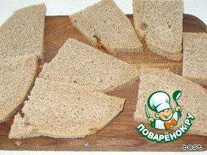 С хлебных ломтиков срезать корки.