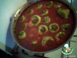 Prepare the sauce: in a hot vegetable oil throw in shredded or small diced carrots and finely chopped onions, fry well and add finely chopped tomatoes or tomato paste, fry for another ten minutes and add 500 ml of boiling water, salt and pepper to taste, mix and pour on the stuffed peppers, then add water to the sauce completely covered the pepper.  Cook on low heat for 40-50 minutes  the table is served in deep plates with the sauce, you can pridobiti sour cream...  The YUM!