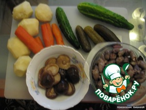 Мелко рубим  огурцы, картофель, морковь.  Так как особенности в этом никакой нет, я посчитал создание картинки шага излишним.