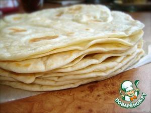Старайтесь, чтобы лепешки все время были накрыты полотенцем, так как они быстро сохнут и могут начать ломаться. А если вы готовите их заранее, советую еще и смазать их слив. маслом и обернуть пищевой пленкой. Я делаю tortillas утром и откладываю до вечера на холодильник, подальше от котов, мужа и свекра :-D Это очень удобно.