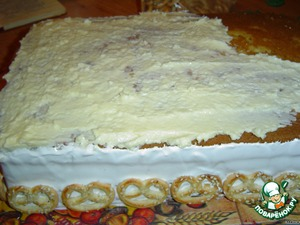 Put the third Korzh and lubricated it with cream (butter+condensed milk).