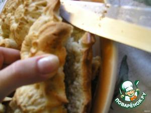 Надрезаем внешнюю сторону пирога пополам. Не до конца! Тесто хрупкое.