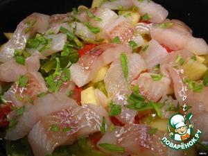 Затем добавляем к овощам нарезанную на кусочки рыбу с эстрагоном, закрываем крышкой и тушим уже до готовности рыбы (10-15 минут), при необходимости досаливаем и подаем к столу.