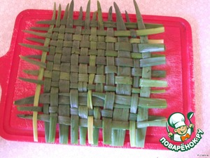Take green onions and weave him a rug. The size of the Mat depends on the bowl you have prepared.