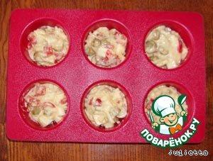 Разогреть духовку до 180 C. Вылить тесто в небольшие круглые формочки, если форма с тефлоновым покрытием, то ничем не смазываем, если нет, то смазать форму маслом.