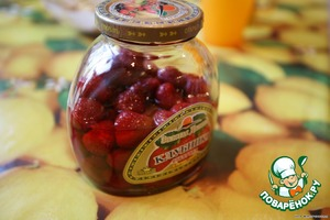 Банка клубничного компота с ягодами насыщенного цвета - обязательно для красоты.
