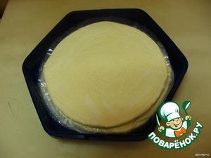 Я покупаю полуфабрикат слоеного теста,    вырезанного  в виде круга. При отсутствии в   магазинах такого, можно взять обычное слоеное    тесто и вырезать круг по размеру сковороды.
