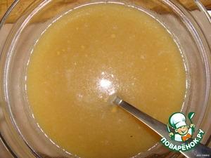 Готовим соус, которым будем заливать рыбу: смешиваем мед, горчицу и пиво.